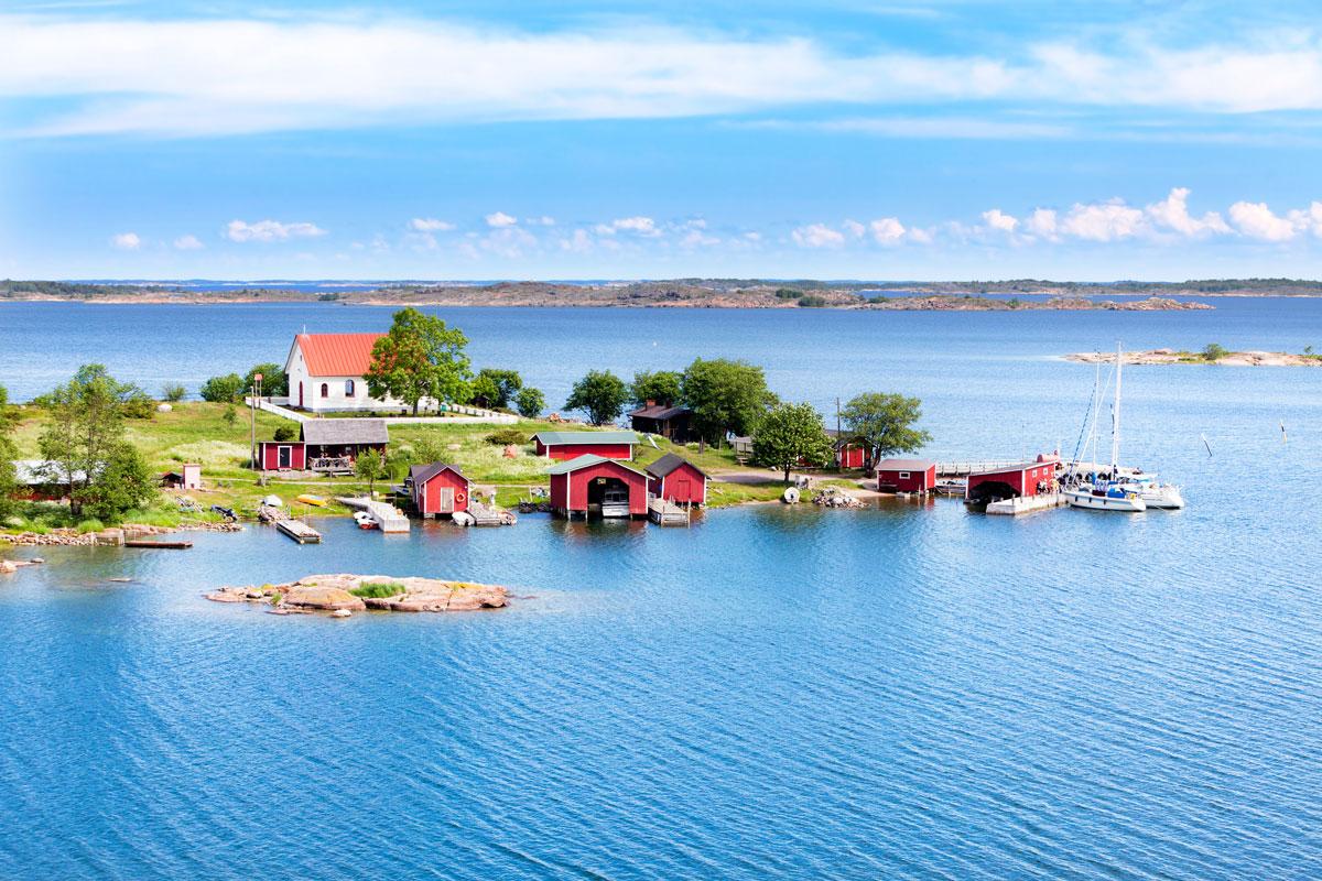 Kleiner Ort mit Holzhäusern im Finnischen Archipel