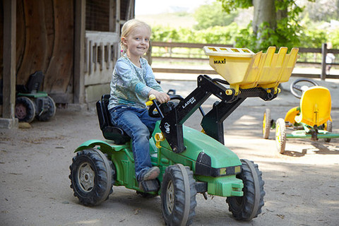 Viele Tretfahrzeuge stehen für die Kinder bereit
