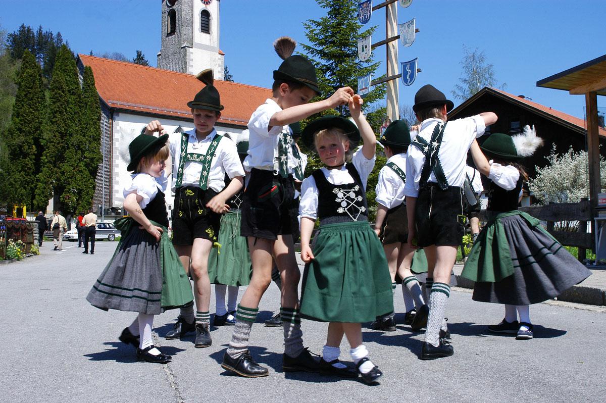<p>© Touristinformation Buchenberg - Tanzende Kinder in Tracht</p>
