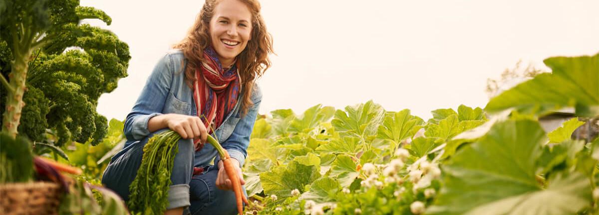 Frau im Bauerngarten