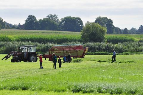 Feldarbeit auf dem Ferienbauernhof Moarhof