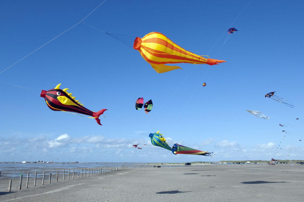 Drachen steigen am Strand von Sankt Peter Ording