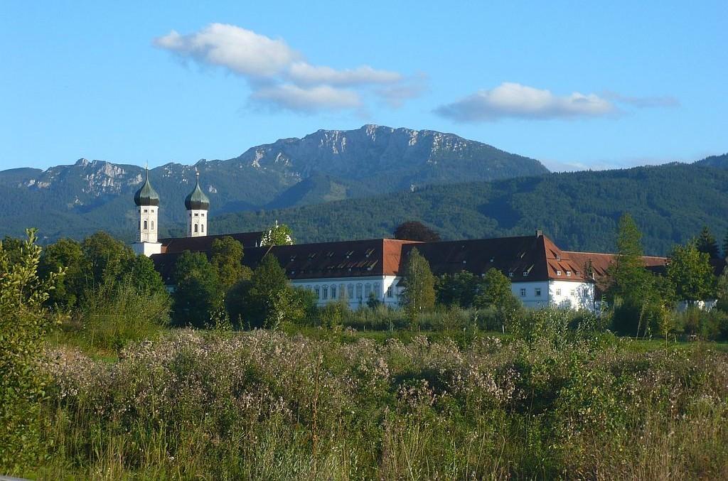 Kloster Benediktbeuern mit Benediktenwand - © Gästeinformation Benediktbeuern
