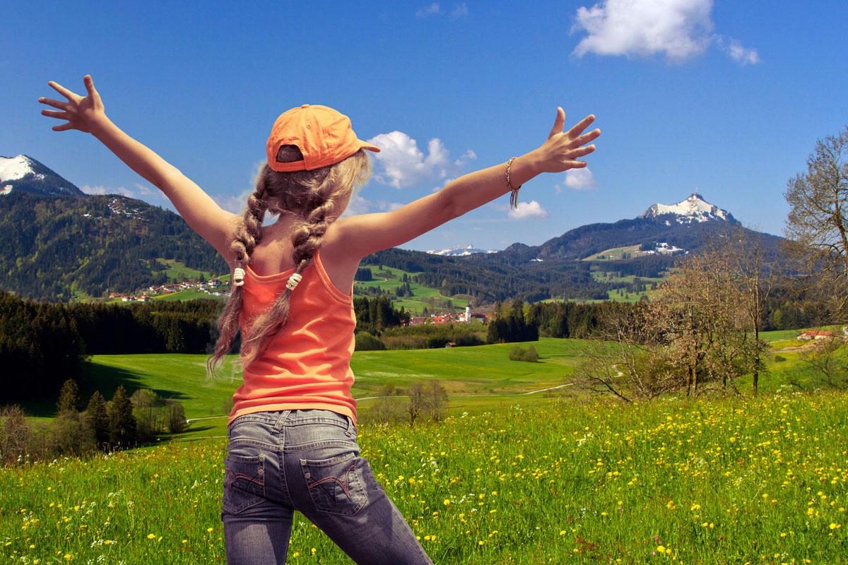 @ Tourist-Info Wertach - Kind vor dem Grünten