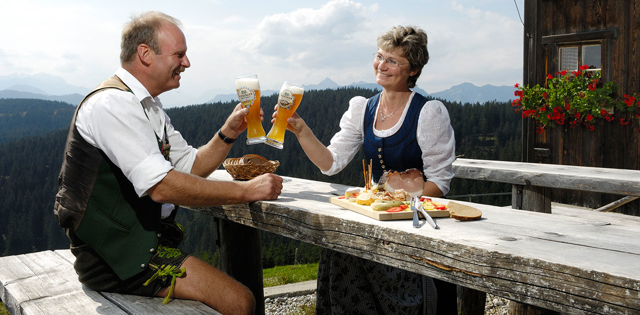 Brotzeit auf der Stoißer Alm - © Tourismusbüro Teisendorf