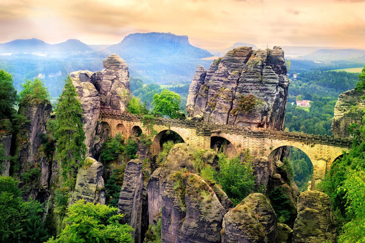 Die weltberühmte Bastei Brücke in der Sächsischen Schweiz