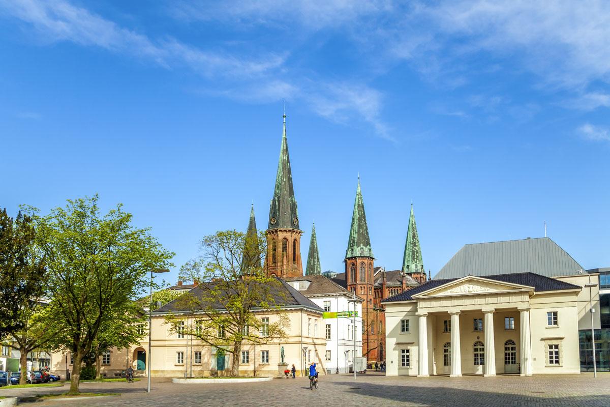 Schlossplatz mit Lambertikirche in Oldenburg