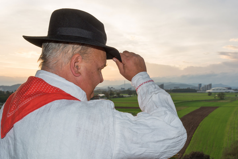 Bauer mit traditioneller slovenischer Kleidung