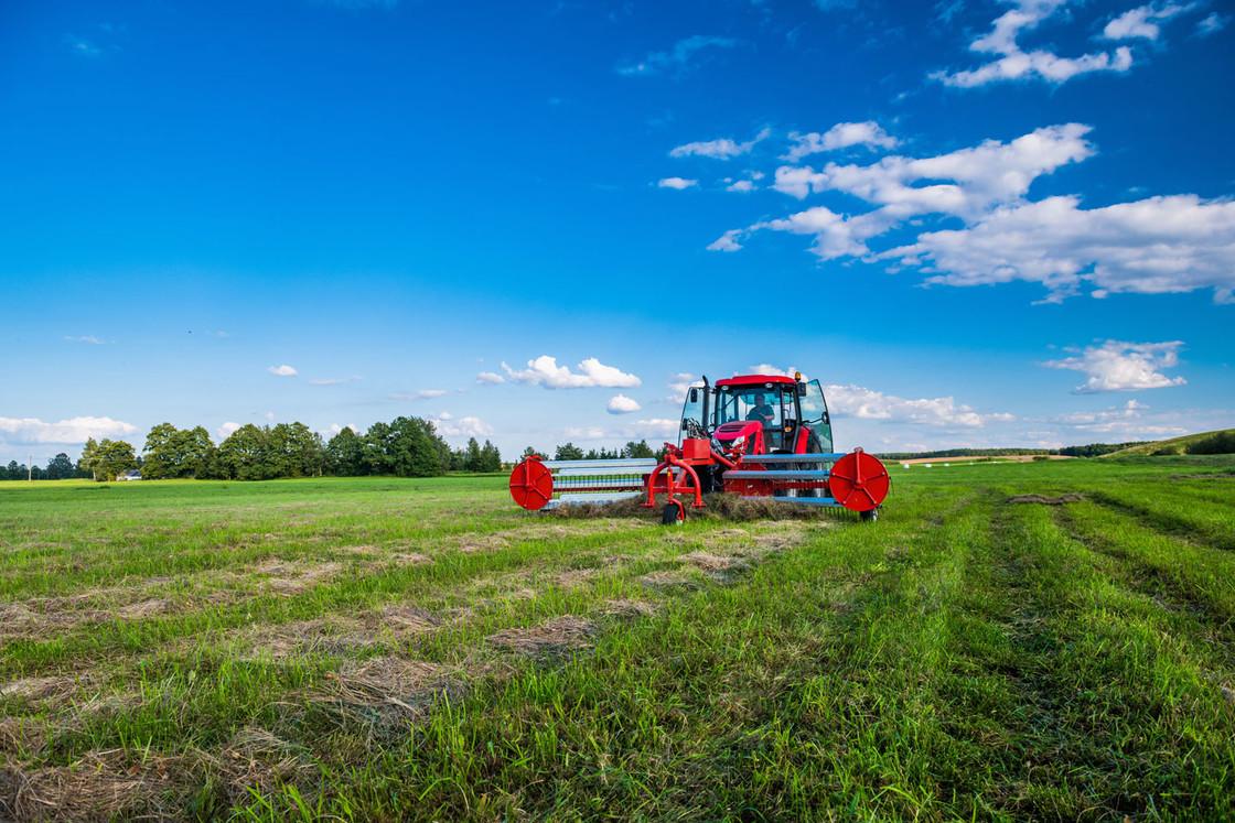 Traktor bei der Heuernte