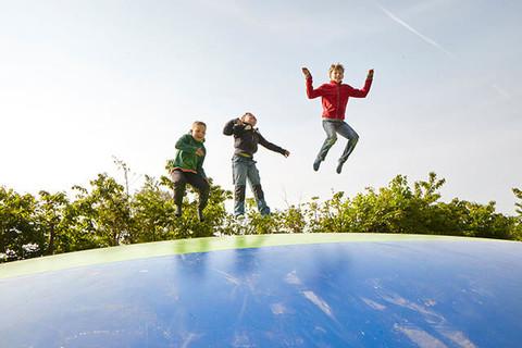 Beim Trampolin springen haben alle Kinder Spaß