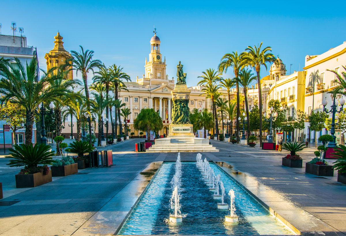 <p>&nbsp;Brunnen in Cadiz mit Rathaus im Hintergrund</p>