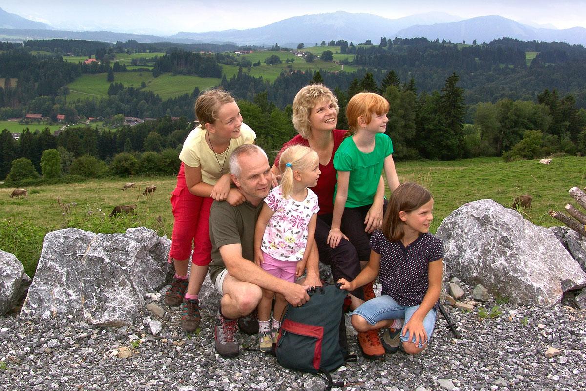 <p>© Touristinformation Buchenberg - Familie beim Wandern</p>