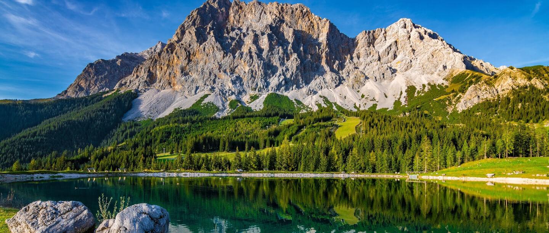 Blick auf den Ehrwalder Almsee und die Zugspitze