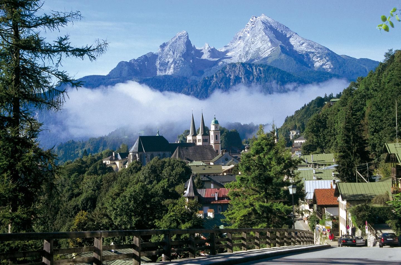 © Berchtesgadener Land Tourismus GmbH - Blick auf Berchtesgaden und Watzmann