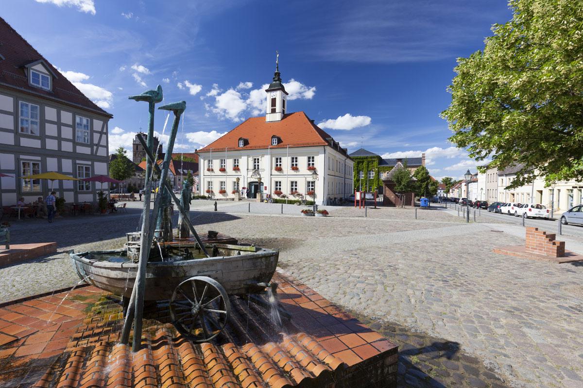 Marktplatz mit Rathaus in Angermünde in Uckermark