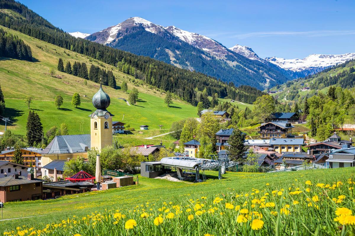 Blick über ein kleines Dorf in Saalbach