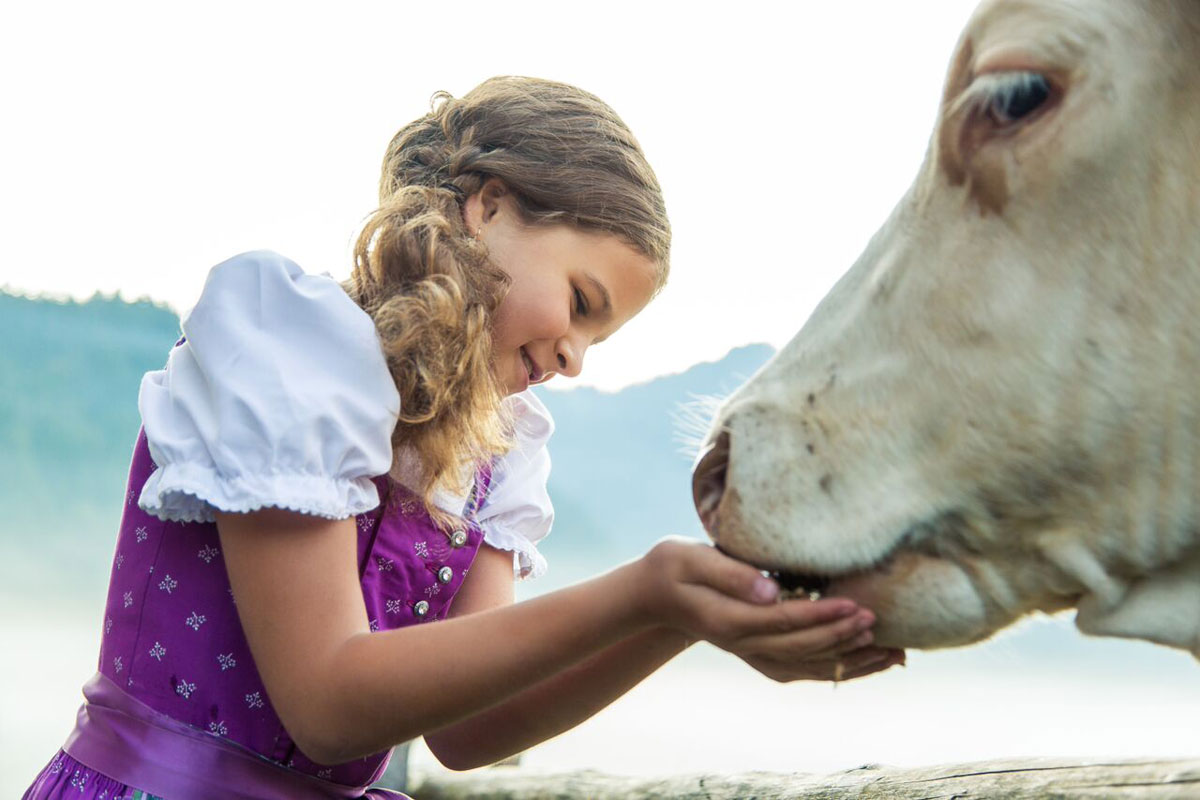 © Ruhpolding Tourismus GmbH - Mädchen mit Kuh