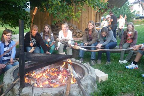 Gemeinsam am Lagerfeuer sitzen