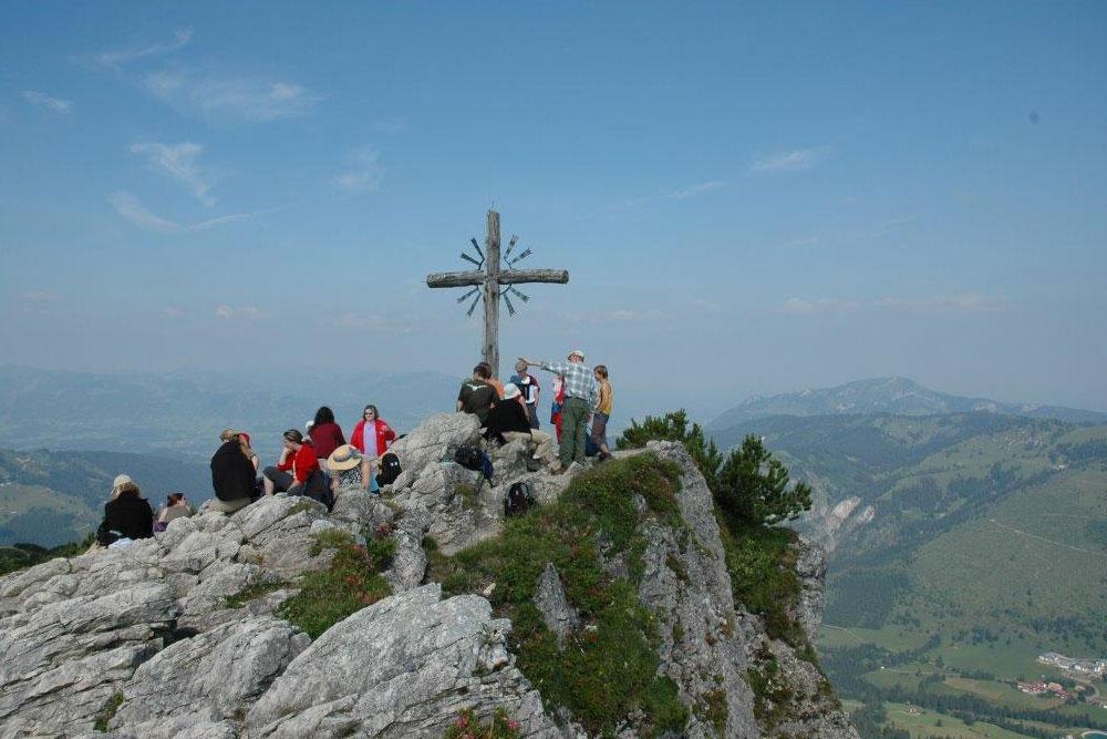 <p>Wandergruppe am Gipfelkreuz - © Bärbel Gehring</p>