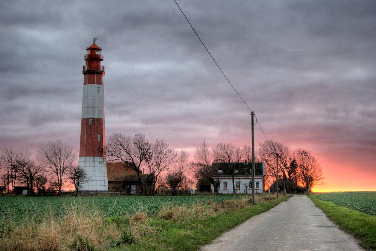 Leuchtturm und Feuerhimmel auf der Insel Fehmarn