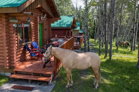 Entspannen im eigenen Whirlpool auf der Montana Hill Guest Ranch