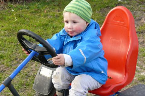 Kleinkind beim Go-Kart fahren