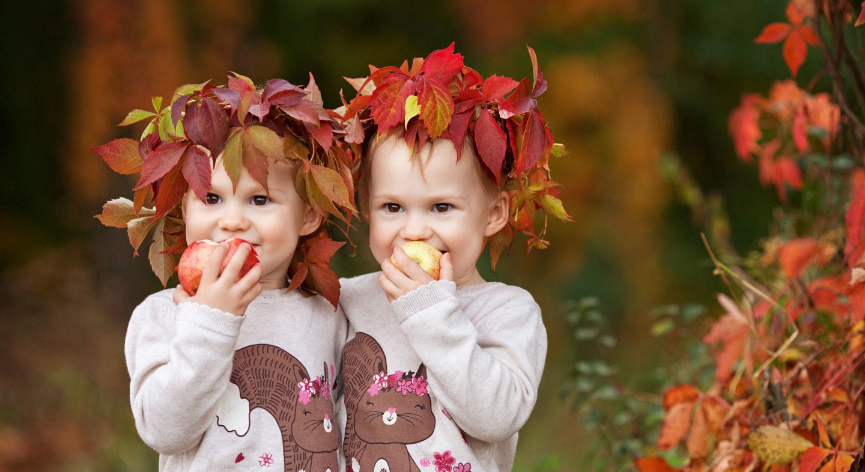 Kleine Mädchen im Herbst