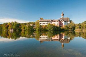 Persönlicher Tipp vom Meisterbauerhof – der Höglwörther See mit seinem historischen Kloster