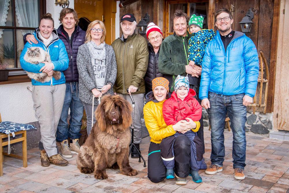 Die Gastgeberfamilie des Almhofs-Reiterhofs Pitztal freut sich auf ihre Gäste!