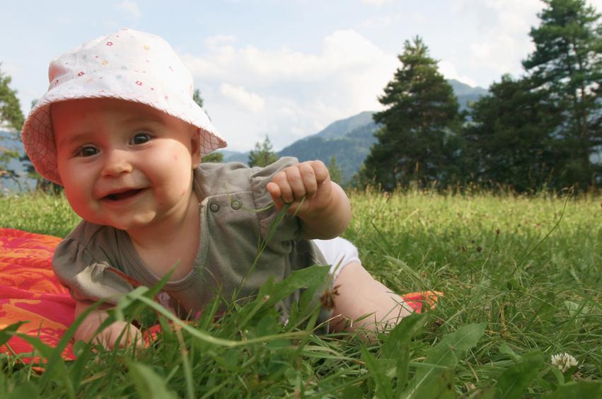 Kleinkind erfährt die Natur