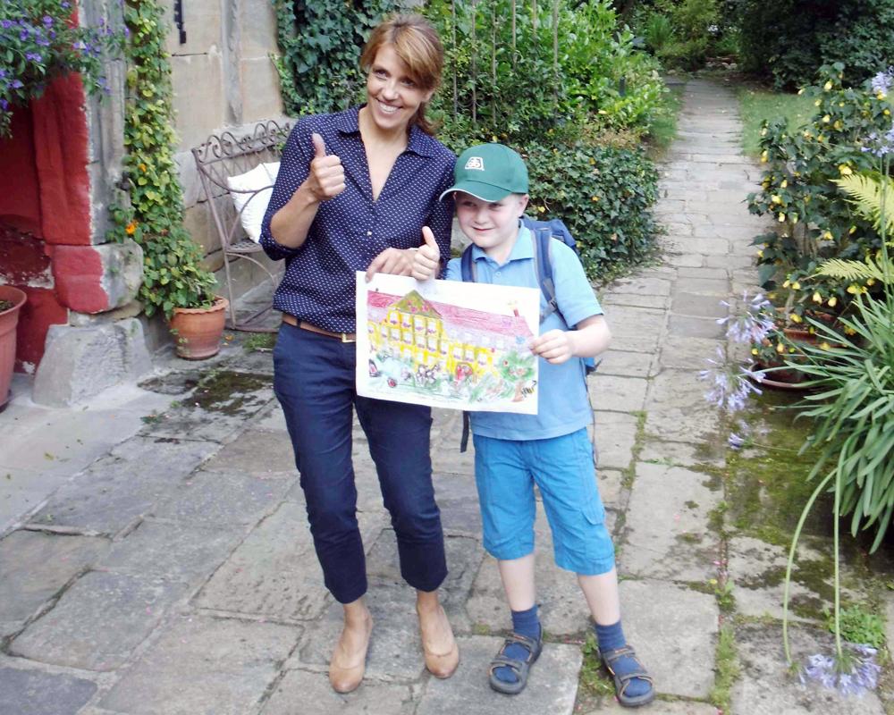 Heidi Gieger mit Sebastian auf dem Ökonomiehof Klosterlangheim
