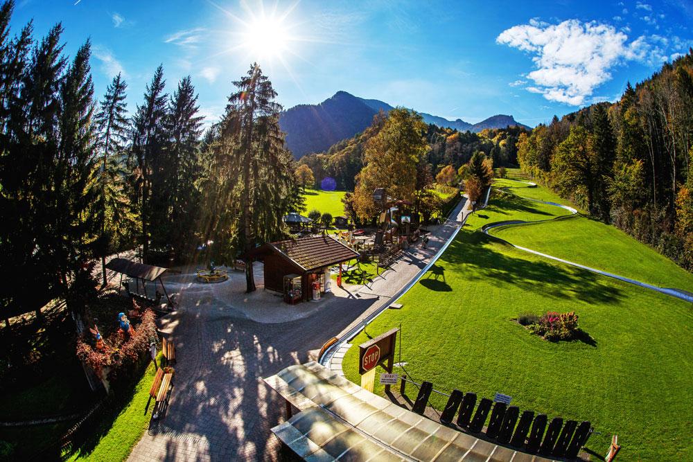 Der Märchen-Erlebnispark Marquartstein mit Sommerrodelbahn von oben