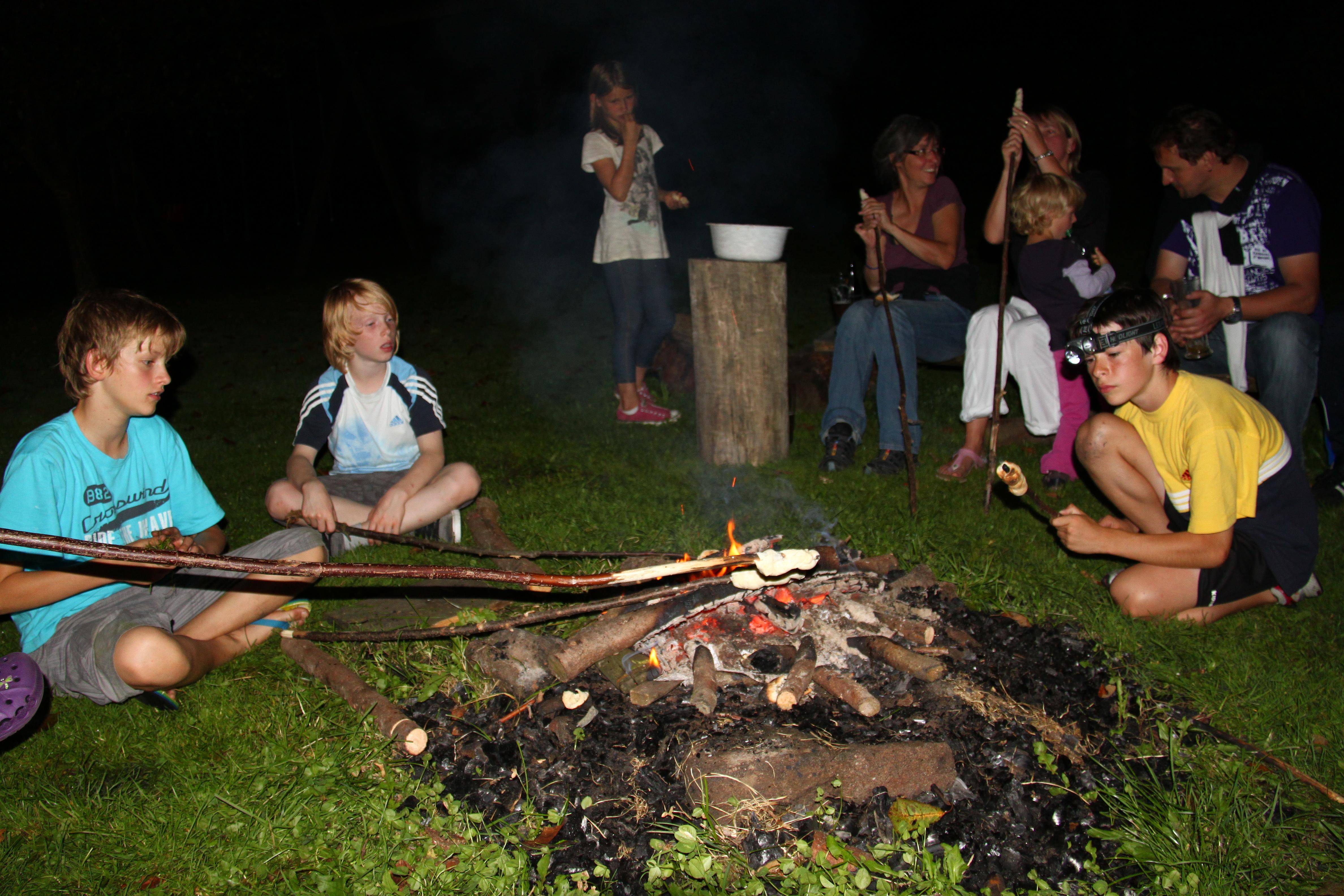 Stockbrot auf dem Lagerfeuer auf dem  Bauernhof Gründinger