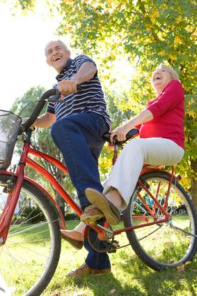 Aktives Seniorenpaar beim Radeln