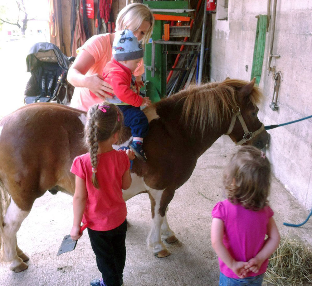Donauerhof - mit den Kindern bei den Ponys
