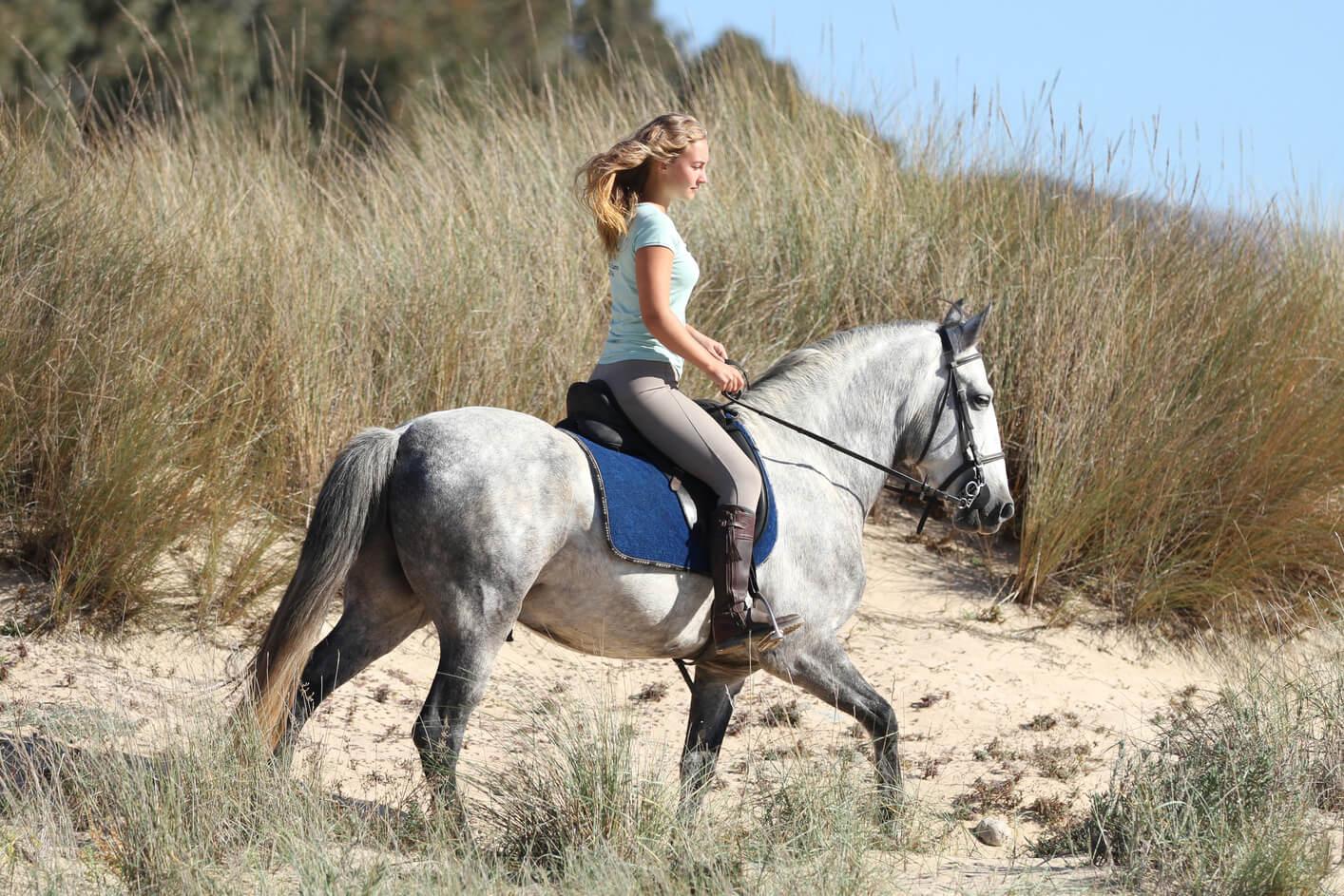 Glückliche Stunden auf dem Pferd
